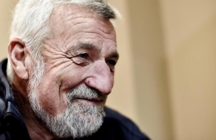 El navegante francés Jean-Luc Van den Heede, 'VDH' según se le conoce en el mundo náutico, durante la entrevista. EFE