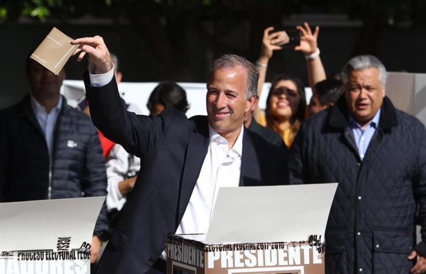 El candidato oficialista del Partido Revolucionario Institucional (PRI), José Antonio Meade, vota en un colegio electoral, hoy, domingo 1 de julio de 2018, en Ciudad de México (México). Los 89 millones de mexicanos que están en el censo electoral elegirán con su voto a 3.400 cargos públicos, entre ellos el de presidente del país, 128 senadores, 500 diputados, ocho gobernadores y el jefe de Gobierno de la Ciudad de México. EFE