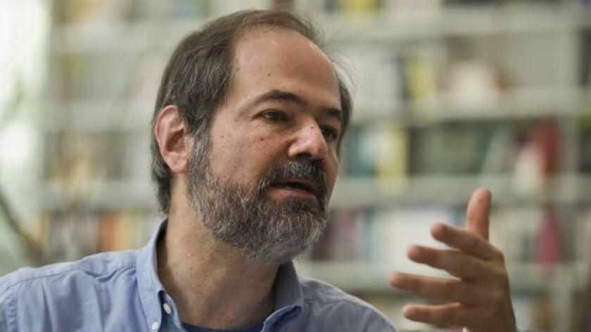 """""""A lo único que se ha llegado, a mí me parece, es a la comprobación de que toda bala es una bala perdida"""", asegura el escritor Juan Villoro en diálogo con BBC Mundo."""