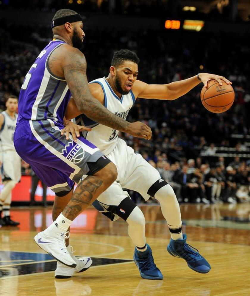 Karl-Anthony Towns (d), de Minnesota Timberwolves defiende ante los Kings forward DeMarcus Cousins (i), de Sacramento Kings, durante un partido. EFE