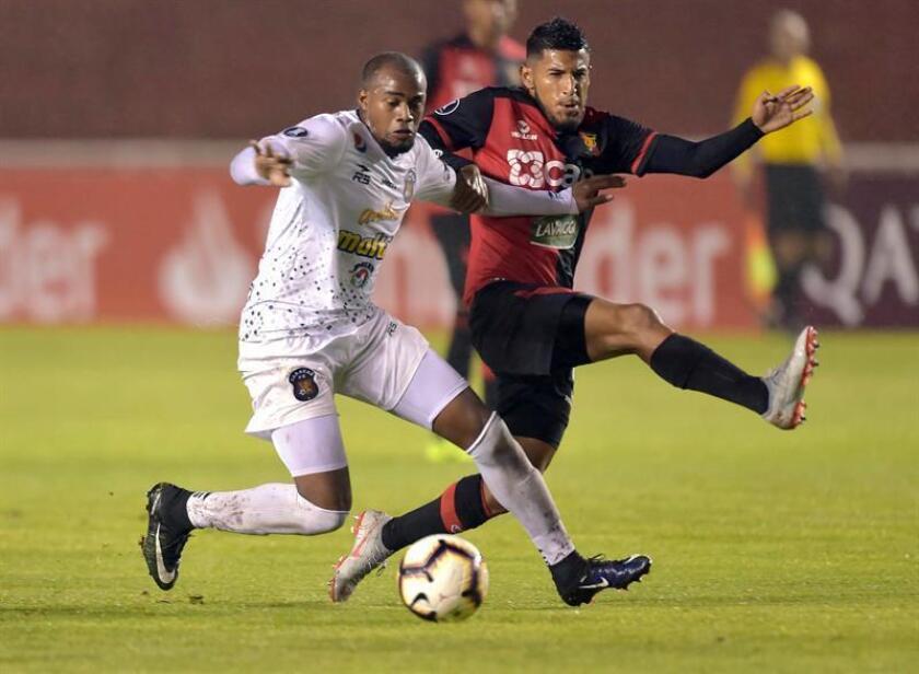 El delantero de Caracas Carlos Espinoza (i) disputa el balón con el lateral de Melgar Alexis Arias en un partido de la Copa Libertadores entre Melgar y Caracas, en el estadio Monumental de la UNSA en Arequipa (Perú). EFE/Archivo