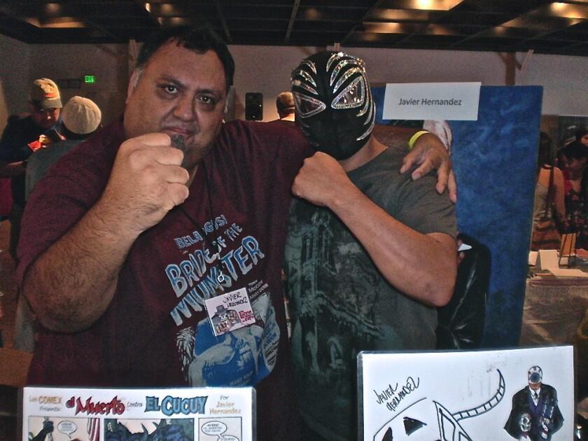 Javier Hernández (izq.) al lado del luchador Lestat durante la realización de Latino Comics Expo del 2013 en el Museo de Arte Latinoamericano de Long Beach.