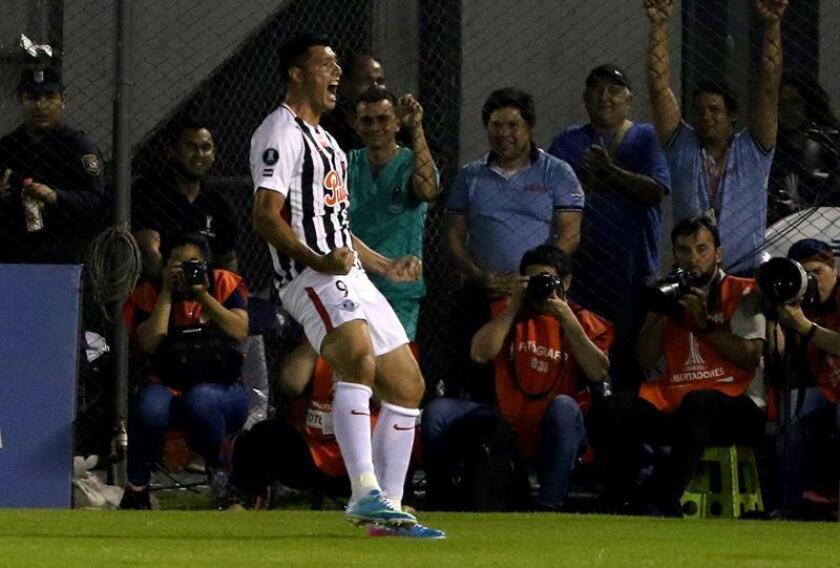 El equipo de Asunción tratará de cerrar la eliminatoria tras el triunfo por 1-0 cosechado la semana pasada en el partido de ida en el estadio Nicolás Leoz gracias a un tanto del delantero Óscar Cardozo (en la imagen). EFE/Archivo