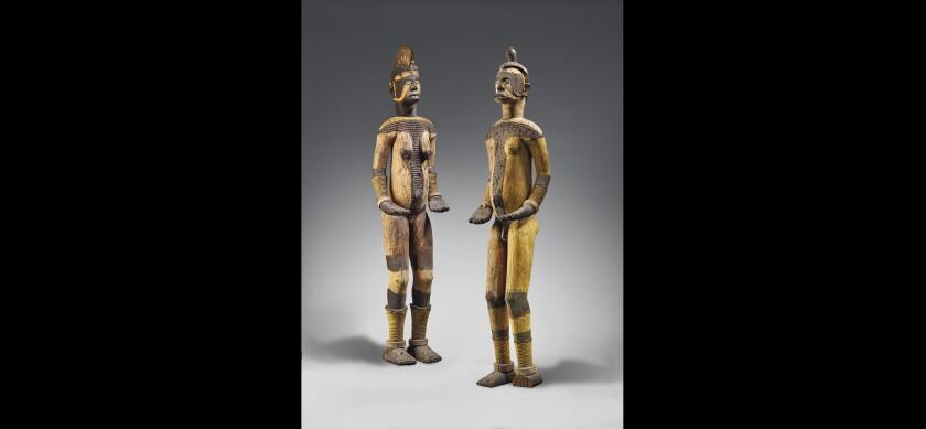 Una fotografía sin fecha proporcionada por la casa de subastas Christie's muestra dos esculturas de la tribu igbo.