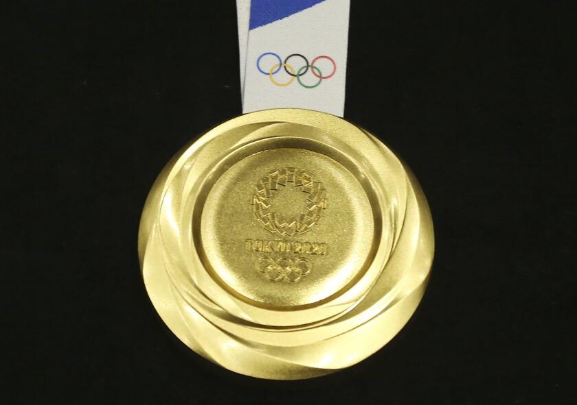Imagen de la medalla de oro de los Juegos Olímpicos de Tokio 2020 al ser presentada en un acto el 24 de julio de 2019.