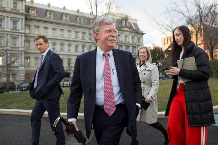 El asesor de seguridad nacional John Bolton (c) camina por el ala oeste de la Casa Blanca luego de una entrevista televisiva en Washington, DC, EEUU. EFE/Archivo