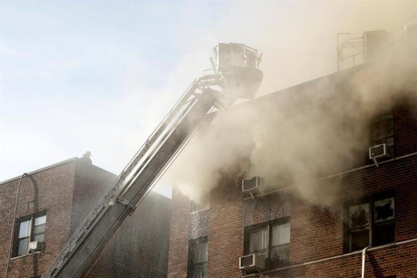 Diecinueve personas han resultado heridas, dos de ellas mujeres en condición crítica, en un fuego en un edificio de apartamentos en el distrito de El Bronx. EFE/ EPA/Archivo