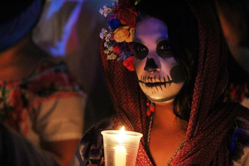 Fotografía cedida por el Gobierno de Yucatán, muestra una mujer que participa hoy, jueves 11 de octubre de 2018, en el festival de las ánimas en la ciudad de Mérida en el estado de Yucatán (México). EFE/Gobierno de Yucatán/SOLO USO EDITORIAL