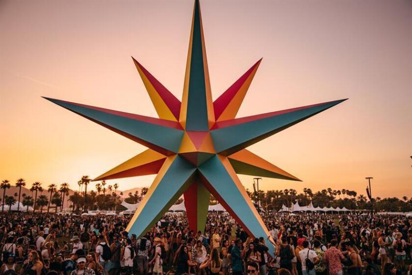 Fotografía cedida ayer, domingo 15 de abril de 2018, por el Festival Coachella de asistentes durante el segundo día del festival en (EE.UU.). EFE/COACHELLA SOLO USO EDITORIAL