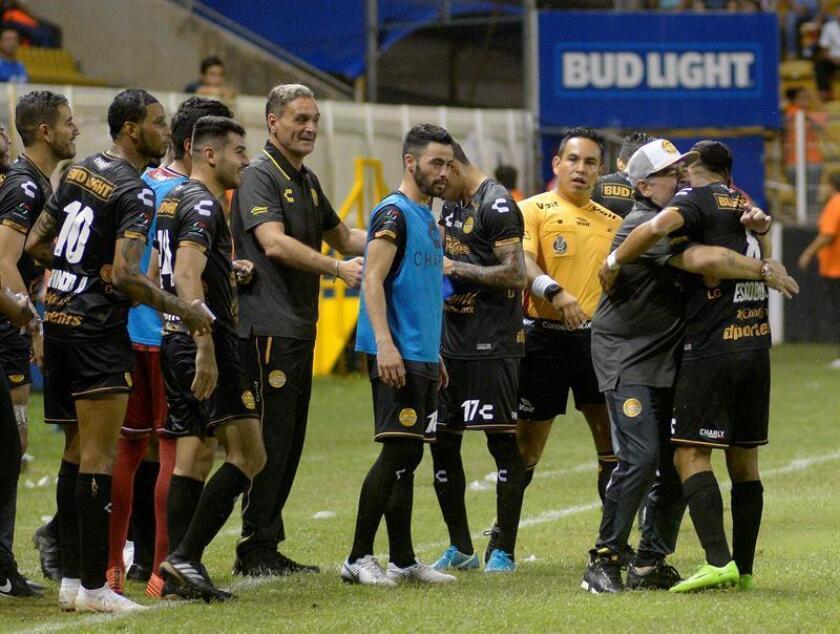 En la imagen, un registro de otra celebración del técnico de Dorados De Culiacán, Diego Armando Maradona (2i), con sus jugadores. EFE/Archivo