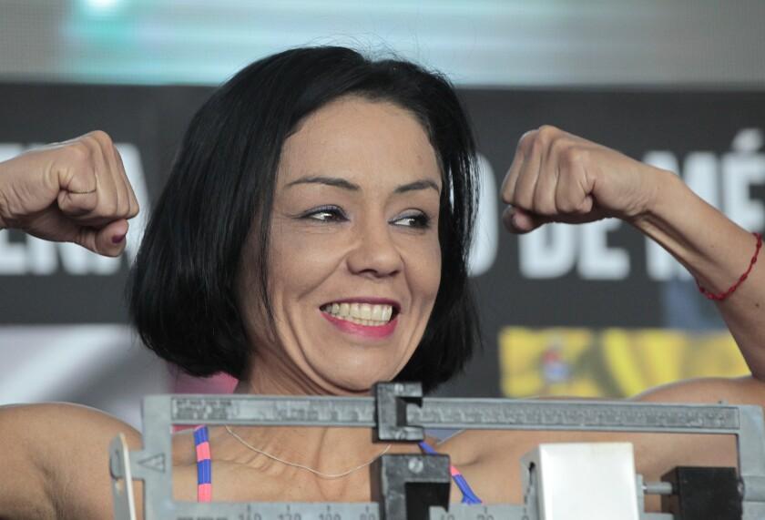 La boxeadora mexicana Jackie Nava posa durante una ceremonia de pesaje