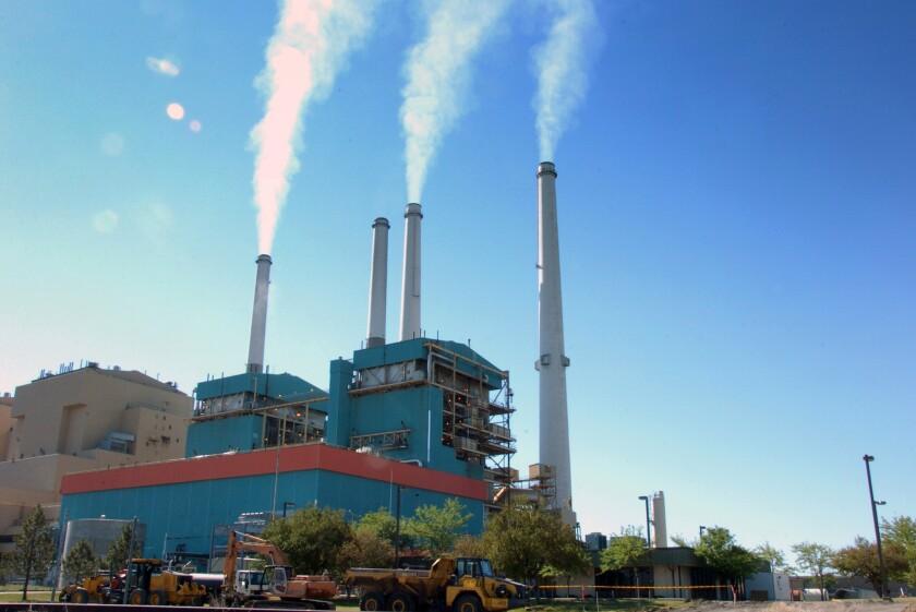 En esta imagen columnas de humo salen de la planta Colstrip Steam Electric Station, una planta térmica en Colstrip, Montana. La mayoría de los estadounidenses están dispuestos a pagar un poco más cada mes para luchar contra el cambio climático, según una nueva encuesta. (AP Foto/Matthew Brown, archivo)