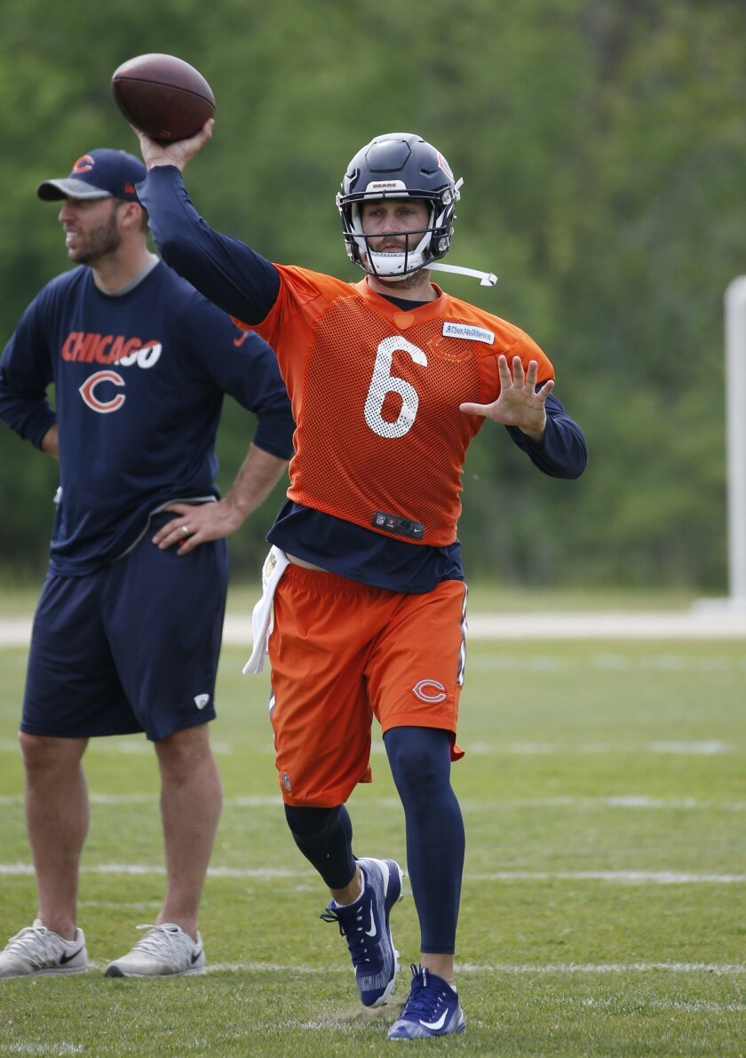 Chicago Bears quarterback Jay Cutler throws a pass during NFL football practice Wednesday, May 25, 2016, in Lake Forest, Ill. (AP Photo/Nam Y. Huh)