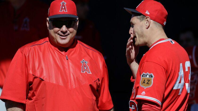 El gerente de los Angels Mike Scioscia (izquierda) habla con el lanzador titular Garrett Richards durante el entrenamiento de primavera de 2017. Richards está ahora con los Padres.