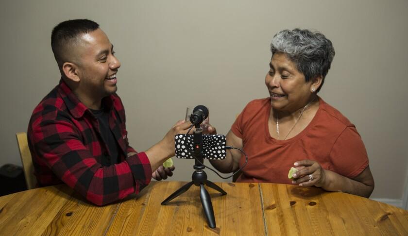 José Guerrero y su madre Josefina Guerrero beben tequila mientras graban su podcast 'JoséFina'.