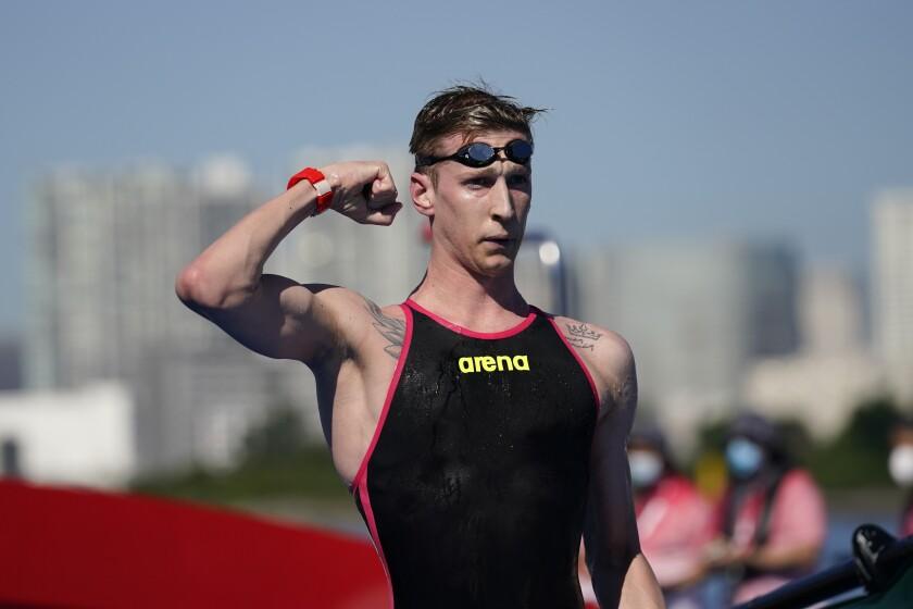 El alemán Florian Wellbrock celebra de ganar la competencia de aguas abiertas, el jueves 5 de agosto de 2021, en Tokio. (AP Foto/Jae C. Hong)
