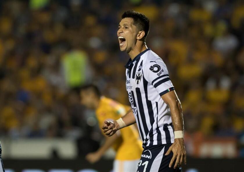 El jugador Jesús Molina de Rayados de Monterrey reclama una jugada ante Tigres, el domingo 23 de septiembre de 2018, durante un partido correspondiente a la jornada 10 del Torneo Apertura 2018 celebrado en el Estadio Universitario de Monterrey (México). EFE/Archivo