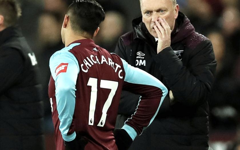 Chicharito Hernández recibe indicaciones del entrenador del West Ham, David Moyes.