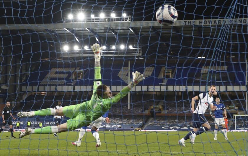 Harry Kane (derecha) anota el segundo gol del Tottenham ante el Everton, en un duelo de la Liga Premier inglesa, realizado el viernes 16 de abril de 2021 (Clive Brunskill/Pool via AP)