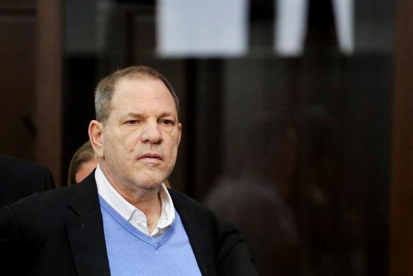 El productor de Hollywood Harvey Weinstein durante la lectura de su acta de acusación en una comisaría de Nueva York, en Estados Unidos. EFE/Archivo