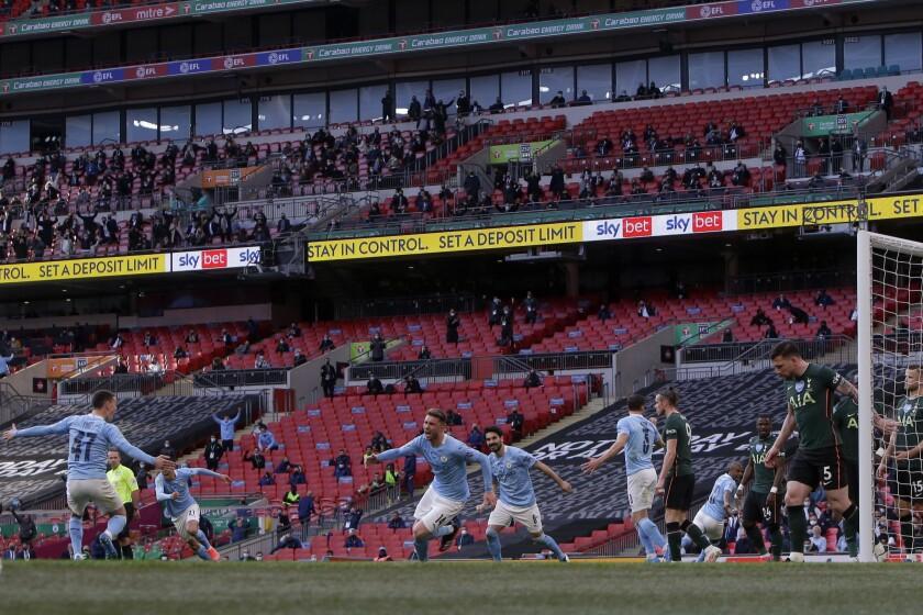 Aymeric Laporte (centro) del Manchester City celebra tras anotar el primer gol contra Manchester City en la final de la Copa de la Liga inglesa, el domingo 25 de abril de 2021. (AP Foto/Alastair Grant)