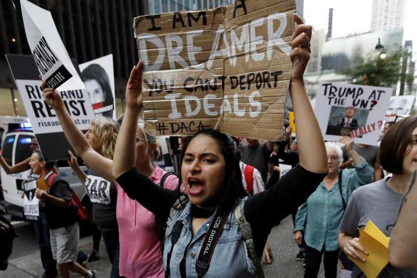 """Una estudiante de la Acción Diferida para los Llegados en la Infancia (DACA) sostiene un cartel en el que se lee """"Soy una soñadora, tu no puedes deportar los ideales"""", durante una protesta en contra del presidente Donald Trump. EFE/Archivo"""