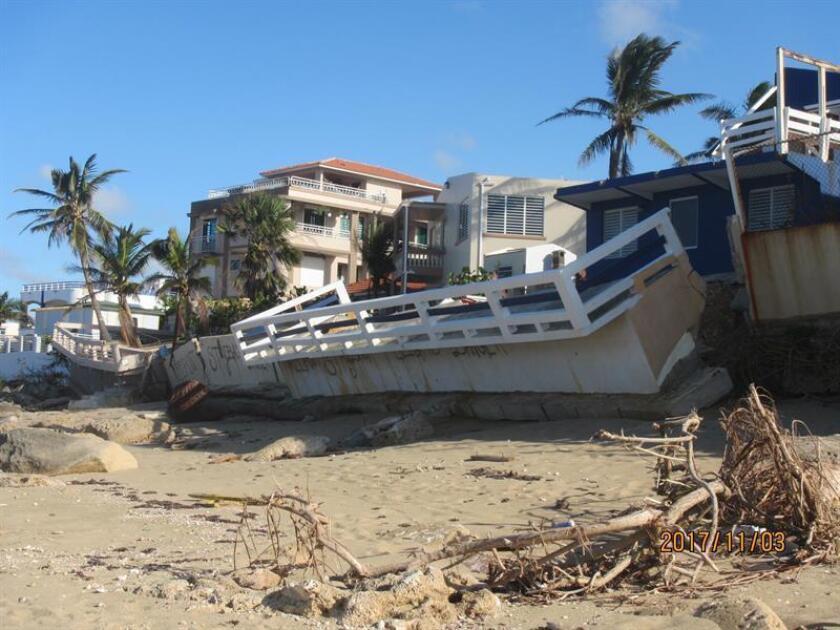 Fotografía cedida por UPR-Río Piedras con fecha del 3 de noviembre del 2017, donde se observa parte de la destrucción que provocó el huracán María en una terraza en la región de Isabela, en la costa noroeste de Puerto Rico. El 90 % de las playas visitadas por un grupo de profesores y estudiantes de la Universidad de Puerto Rico, del campus de Río Piedras, perdieron sus dunas de arena tras el paso del huracán María. EFE/UPR-Río Piedras/SOLO USO EDITORIAL/NO VENTAS