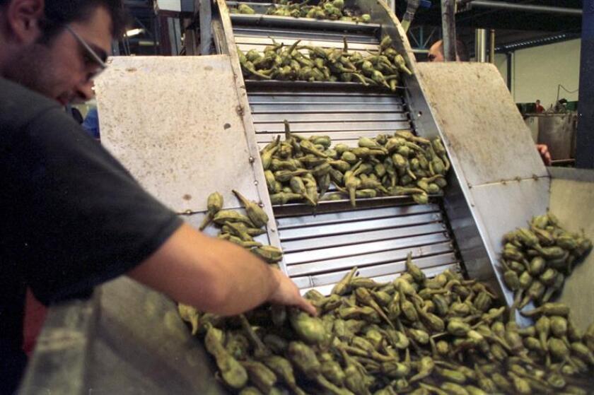 """Una entidad federal presentó una queja legal contra una empresa de productos alimenticios por contratar a muchos trabajadores hispanos y rechazar a otros """"aunque tengan la misma o mejor preparación"""", se informó hoy. EFE/Archivo"""