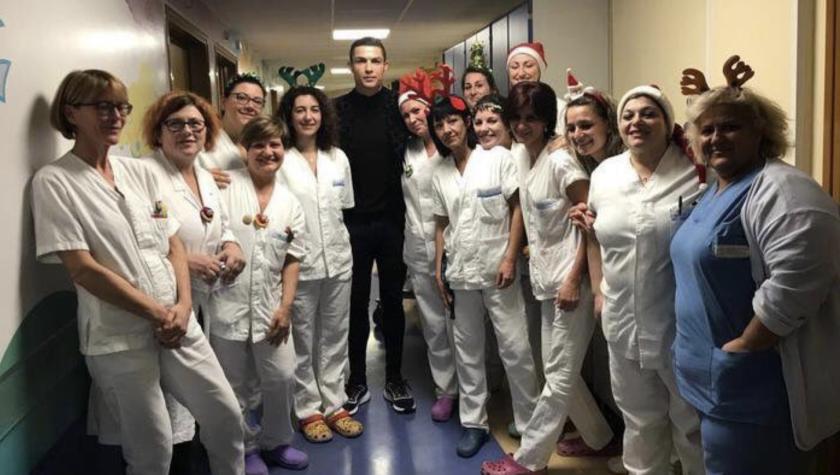 Cristiano Ronaldo (c) con las enfermeras que atienden a los niños en el hospital turinés 'Regina Margherita'.
