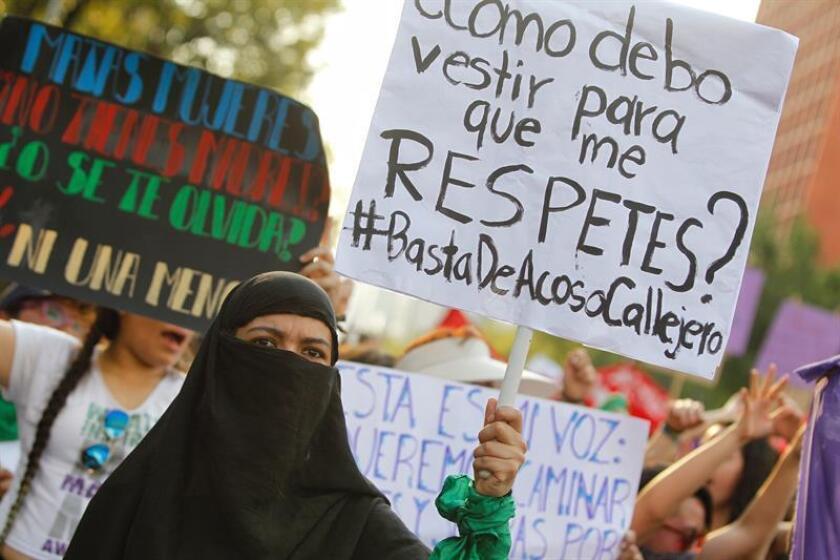 Miles de mujeres marchan este viernes con motivo del Día Internacional de la Mujer en Ciudad de México (México). EFE