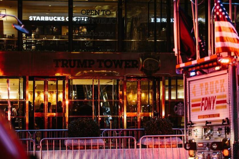 New York Fire Department and New York Police Department personnel operate during a four-alarm fire that broke out on the 50th floor of the Trump Tower in New York, USA, 07 April 2018. According to reports, one person has been critically injured. (Incendio, Nueva York, Estados Unidos) EFE/EPA