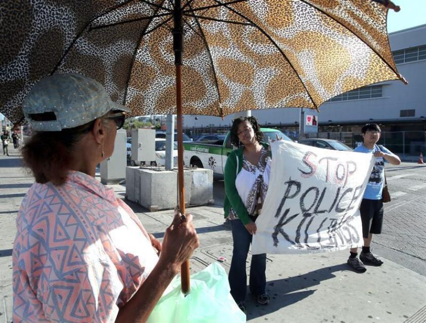 Activistas hispanos y afroamericanos se unieron hoy en una protesta en la que pidieron la destitución del jefe de la Policía de Los Ángeles, a raíz de las muertes de civiles en encuentros con agentes del orden.