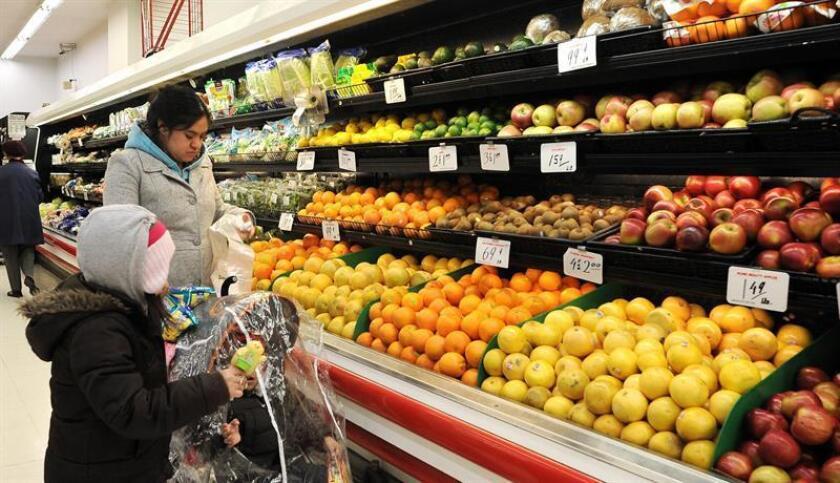 Una mujer compra frutas en un supermercado de Brooklyn en Nueva York (EE.UU.). EFE/Archivo