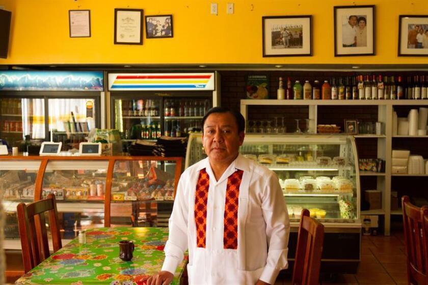 Zeferino Garcia, de 51 años, recuerda sus comienzos como vendedor ambulante en su restaurante Expresion Oaxaqueña en el oeste de Los Angeles, California. EFE