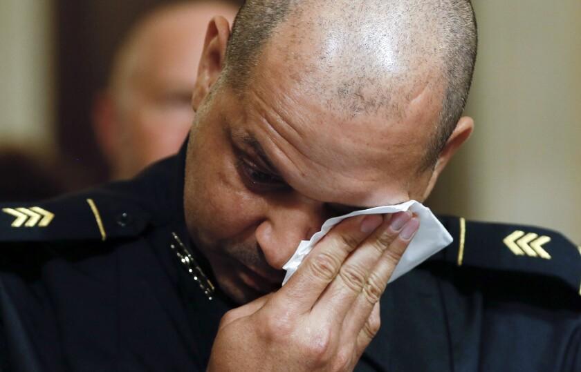 El sargento de policía del Capitolio de Estados Unidos Aquilino Gonell se limpia los ojos el martes 27 de julio de 2021 durante una audiencia ante una comisión de la Cámara de Representantes federal sobre el ataque del 6 de enero al Capitolio en Washington. (Jim Bourg/Pool vía AP).