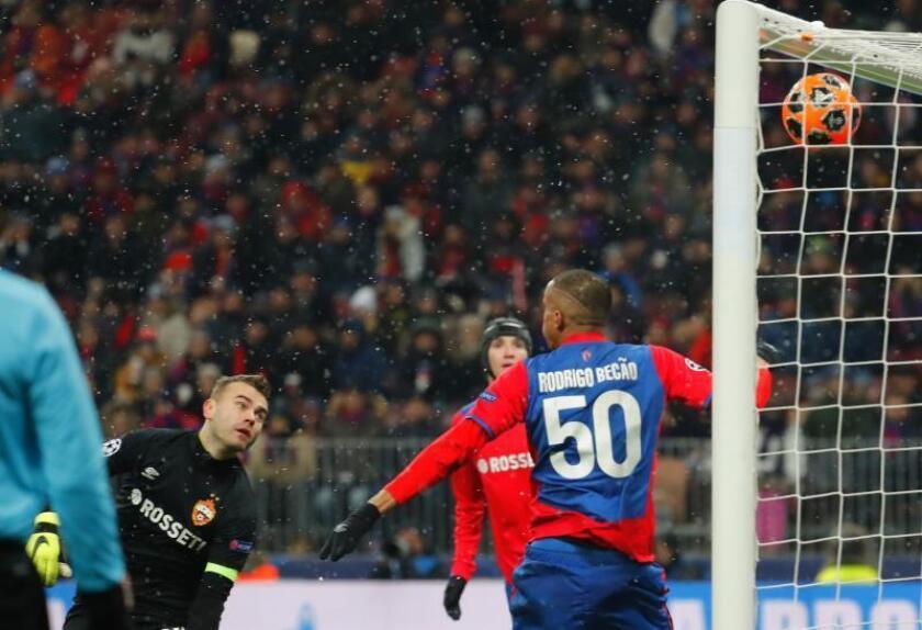 El guardameta del CSKA Moscú Igor Akinfeev (i) concede un tanto ante el FC Viktoria Pilsen durante un encuentro correspondiente al grupo G de la UEFA Liga de Campeones disputado en el estadio Luzhniki en Moscú (Rusia). EFE