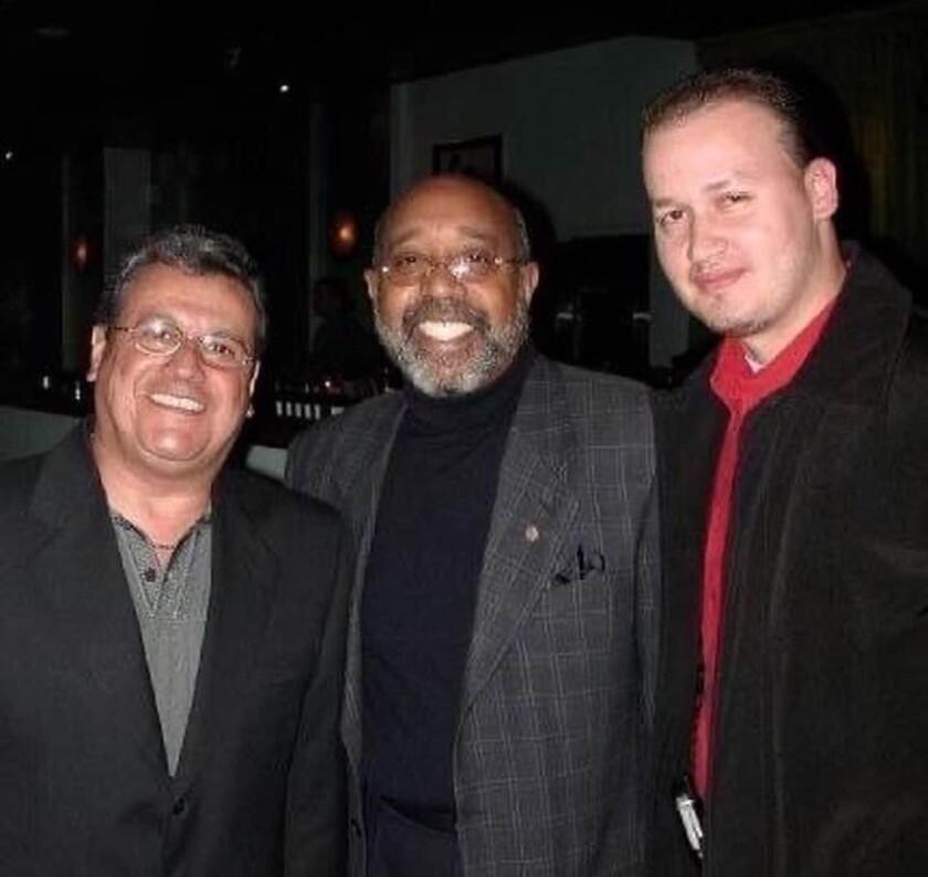 Miranda junto a el fallecido Ralph Mercado y el empresario musical Carlos J. Mêndez en una foto de archivo.