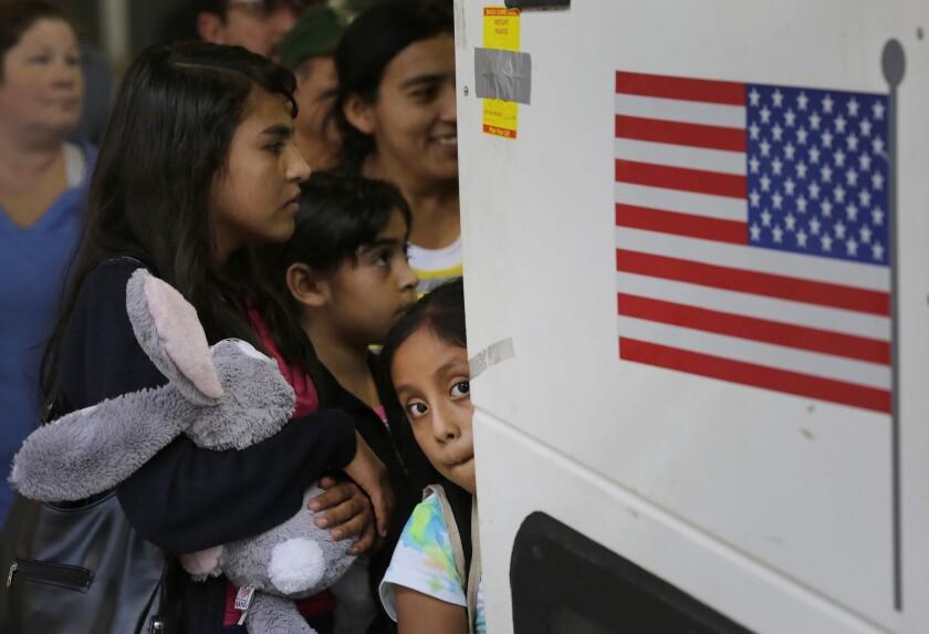 En esta fotografía del martes 7 de julio de 2015, inmigrantes de El Salvador y Guatemala que ingresaron al país sin permiso abordan un autobús después de que fueron puestos en libertad de un centro de detención de familias en San Antonio, Texas. El Departamento de Justicia federal y abogados por los derechos de los inmigrantes no lograron llegar a un acuerdo en una demanda sobre las condiciones que enfrentan niños migrantes detenidos junto con sus madres tras cruzar la frontera con México, de acuerdo con documentos presentados el viernes 17 de julio ante una corte en California. (Foto AP/Eric Gay)