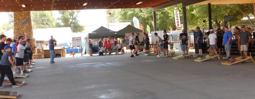 Οι Fairgoers ανταγωνίζονται για βραβεία στις πρώτες οπές του τουρνουά Country Fair.