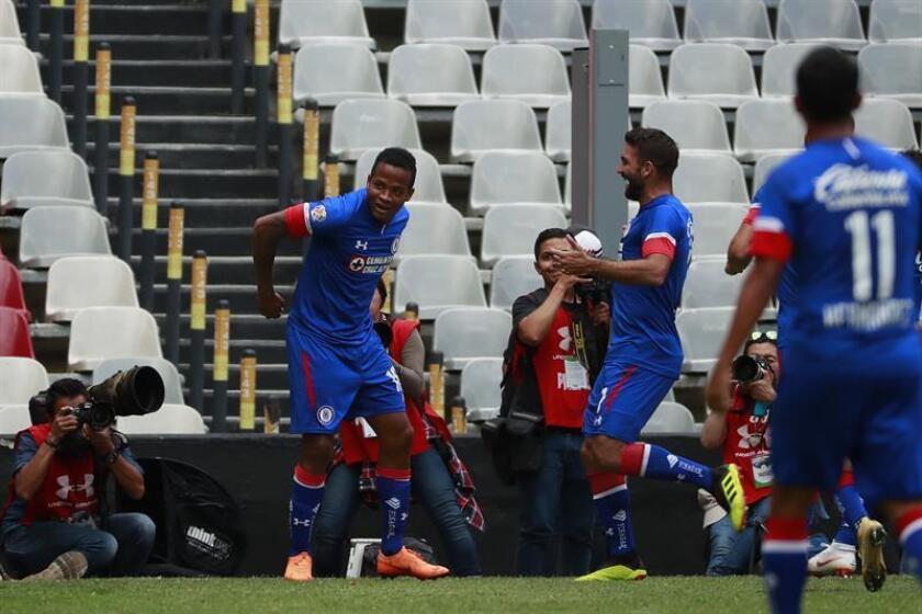 El jugador de Cruz Azul Andrés Renteria (i) celebra la anotación de un gol. EFE/Archivo