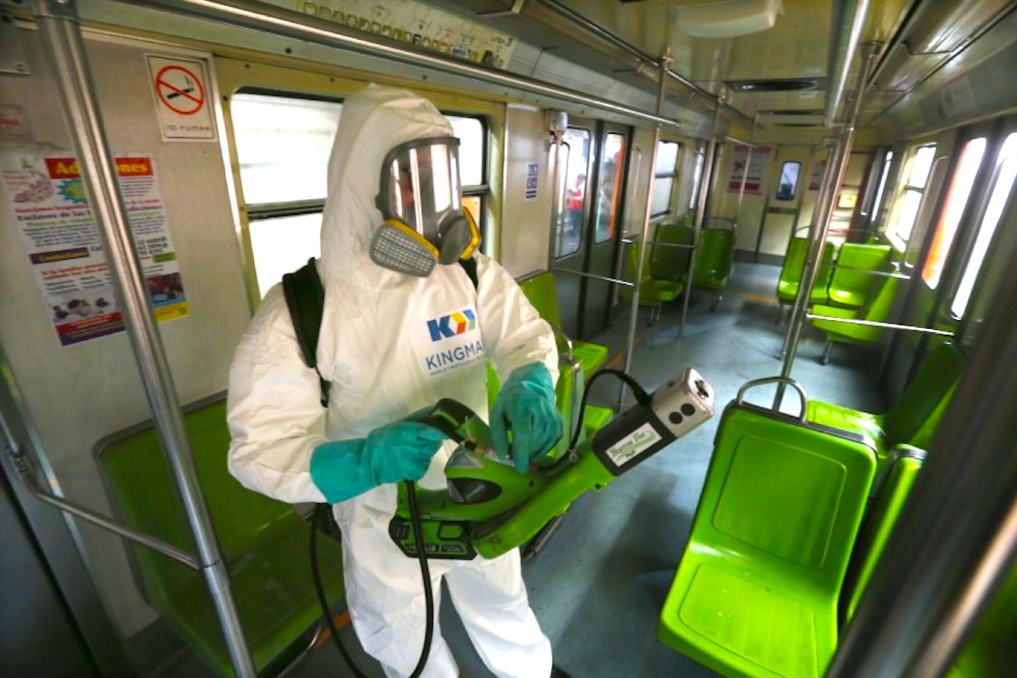Un empleado de limpieza desinfecta un vagón del Metro en Ciudad de México.