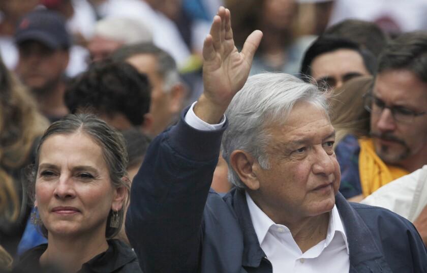 Andres Manuel Lopez Obrador acompañado de su esposa Beatriz Gutierrez. (AP Photo/Marco Ugarte)