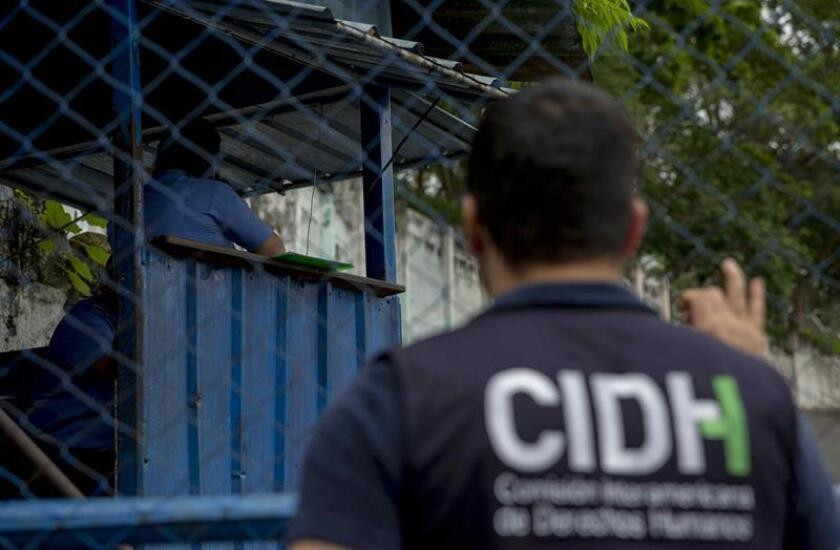 """Un miembro de la Comisión Interamericana de Derechos Humanos (CIDH) espera a ser atendido en el exterior de una de las cárceles de la Dirección de Auxilio Judicial (DAJ) de la Policía nicaragüense, conocidas como el """"Chipote"""", en Managua (Nicaragua). EFE/Archivo"""
