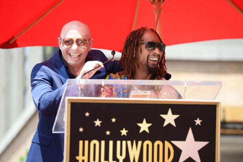 Pitbull al lado de Lil Jon en el Paseo de la Fama de Hollywood, donde el primero acaba de recibir una estrella.