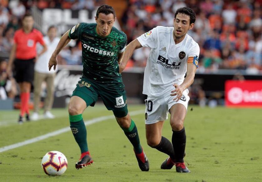 El centrocampista mexicano del Betis, Andrés Guardado (i), conduce el balón ante el jugador del Valencia, Dani Parejo, durante el encuentro correspondiente a la cuarta jornada de primera división que disputaron en el estadio valencianista de Mestalla. EFE
