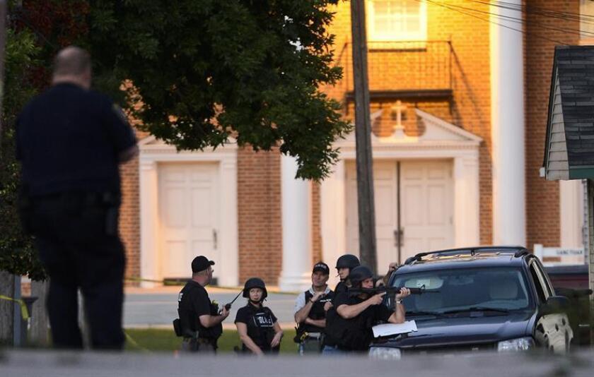 Oficiales de la Policía permanecen el, domingo 5 de agosto de 2012, a las afueras de la vivienda de un presunto atacante en Cudahy, Wisconsin (EEUU), quien mató a siete personas antes de ser abatido por un agente. EFE/Archivo