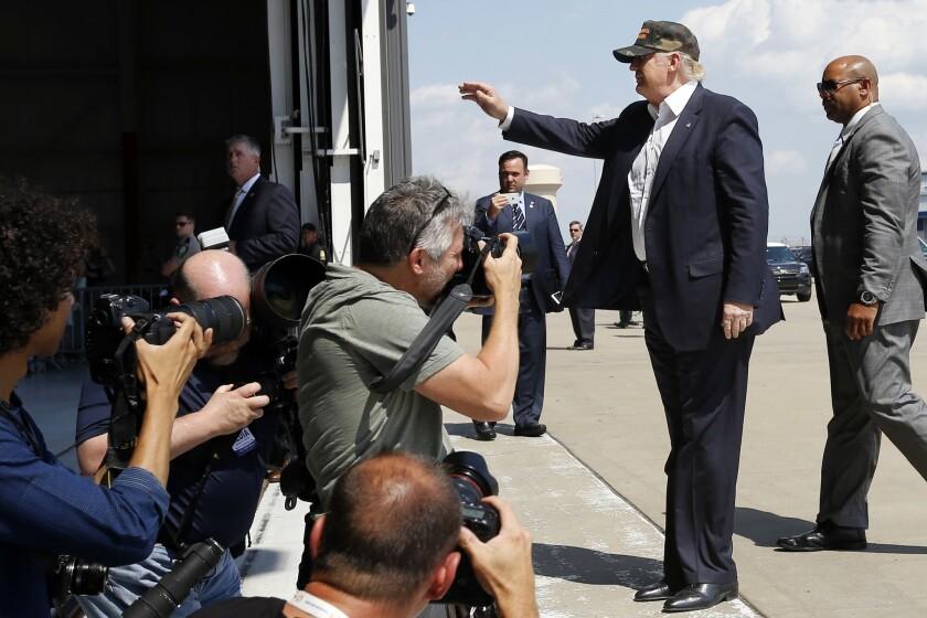 El aspirante presidencial republicano Donald Trump saluda a la multitud a su llegada a un acto de campaña en un hangar privado en el aeropuerto internacional Greater Pittsburgh en Moon, Pennsylvania, el domingo 11 de junio de 2016. (AP Foto/Keith Srakocic)