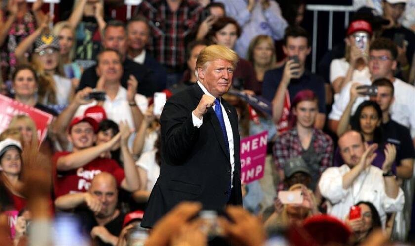 """El presidente de EE. UU., Donald Trump (c) participa en un mitin de """"Make America Great Again"""" en Las Vegas Convention Center de Las Vegas (Nevada). EFE"""