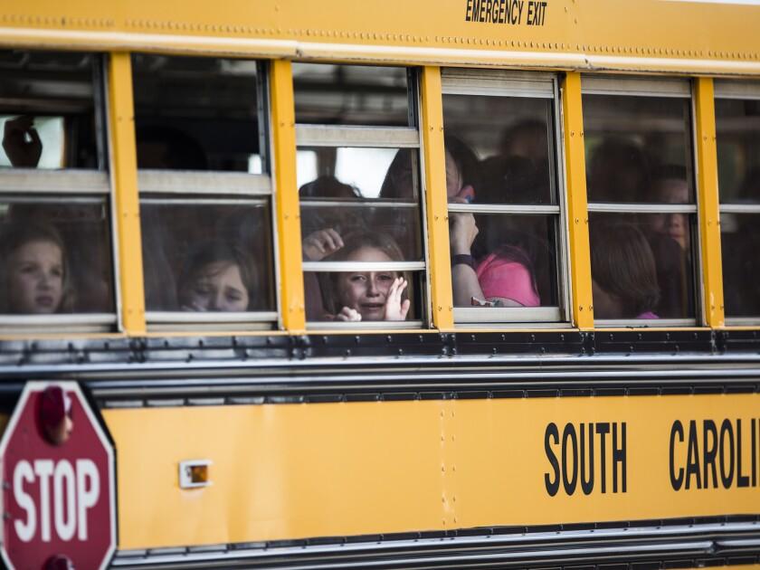 Una alumna de la escuela primaria Townville observa por la ventana de un autobús escolar mientras ella y otros compañeros de clase son transportados a la iglesia bautista Oakdale, luego de un ataque a balazos en la primaria de Townville, el miércoles 28 de septiembre de 2016. (Katie McLean/The Independent-Mail vía AP)