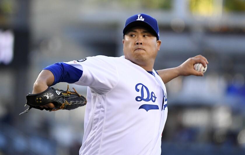 El abridor de los Dodgers de Los Ángeles Hyun-Jin Ryu lanza la pelota en el primer inning del juego de la MLB que enfrentó a su equipo con los Marlins de Miami, el 19 de julio de 2019, en Los Ángeles. (AP Foto/Mark J. Terrill) ** Usable by HOY, ELSENT and SD Only **